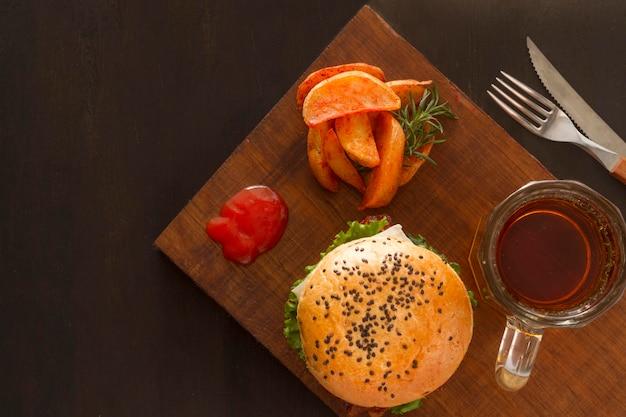 平置きフライドポテトとハンバーガー