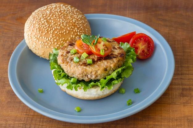 Тарелка с гамбургером