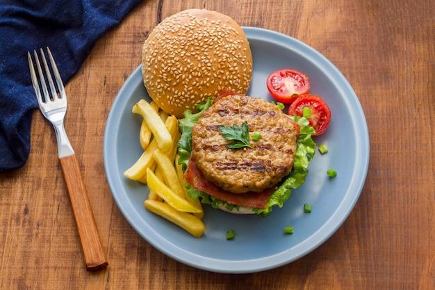 Тарелка с гамбургером и картофелем фри