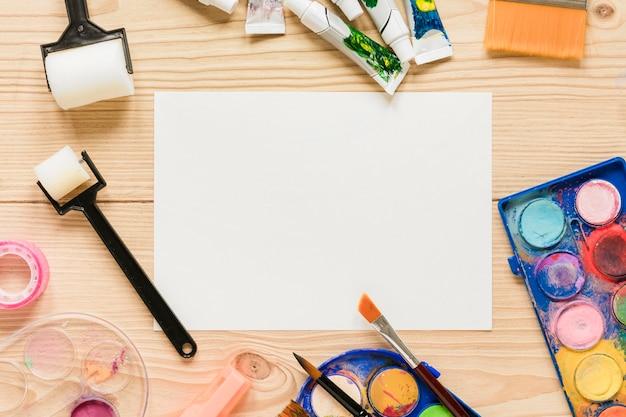 Плоская планировочная рамка с инструментами художника