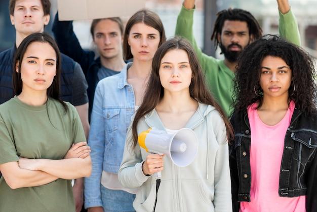 正面に抗議する人々のグループ