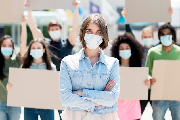 医療用マスクに抗議して身に着けている人々