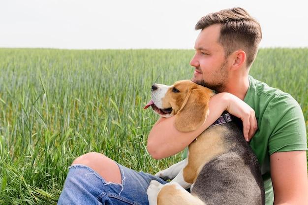 彼のペットと自然を楽しんでいる成人男性