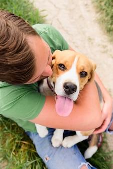 Портрет милой маленькой собаки наслаждаясь временем снаружи
