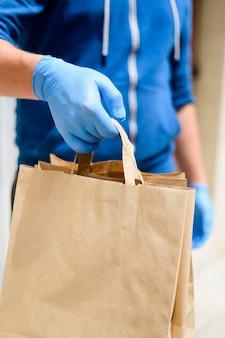 Крупный план индивидуальной доставки заказа
