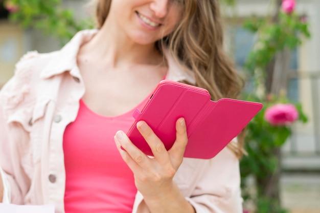 Крупным планом женщина, проверка мобильного телефона
