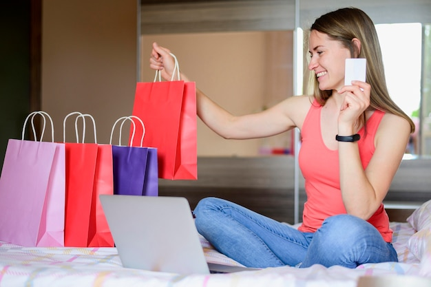 Красивая женщина счастлива получать продукты