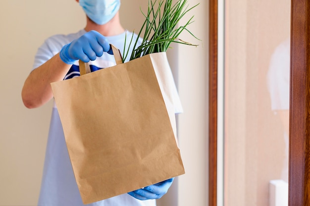 Человек, доставляющий продукты заказал онлайн