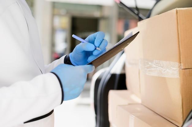 Крупный план индивидуальной проверки списка доставки