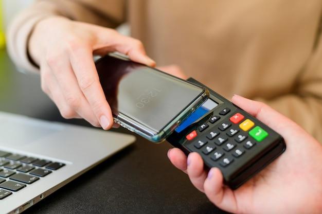 Крупный план бесконтактных платежей с помощью мобильного телефона