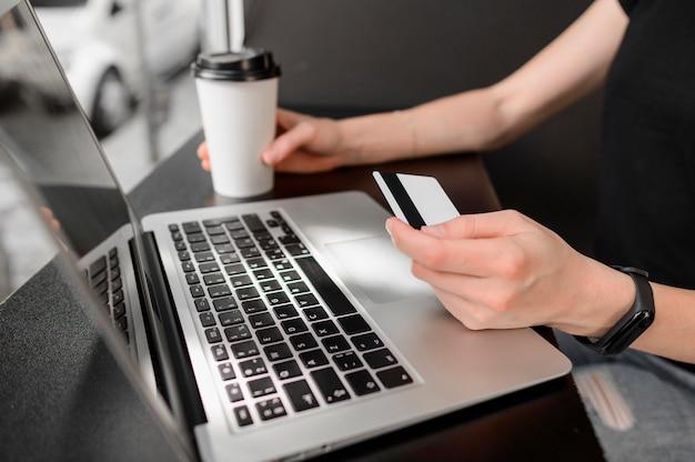 オンラインショッピングの準備ができているクローズアップの個人