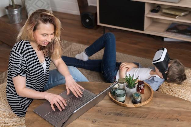 Мать наслаждается работой из дома