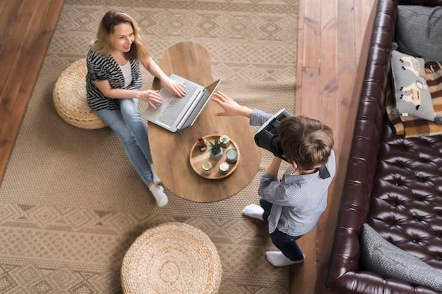 Вид сверху мама наслаждается работой из дома