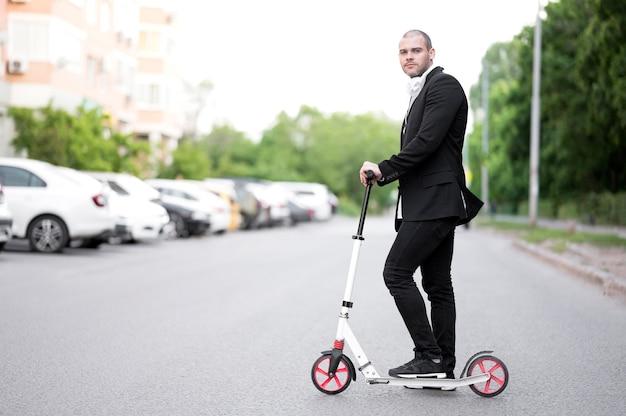 エレガントな成人男性乗馬スクーター屋外