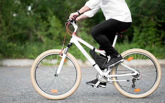 Элегантный мужской езда на велосипеде на открытом воздухе