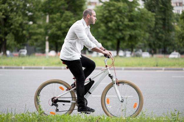Элегантный бизнесмен езда на велосипеде на открытом воздухе