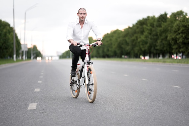 Вид спереди взрослый мужчина езда на велосипеде на улице
