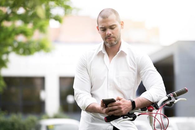 Портрет красивый мужчина, просмотр мобильного телефона