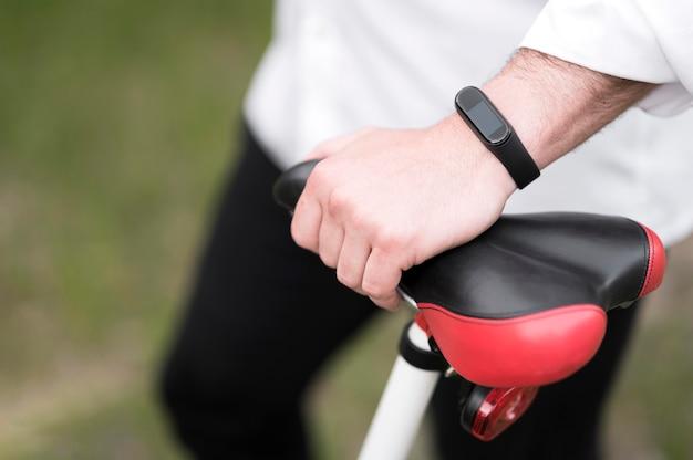Макро взрослый мужчина готов к велосипеду на открытом воздухе
