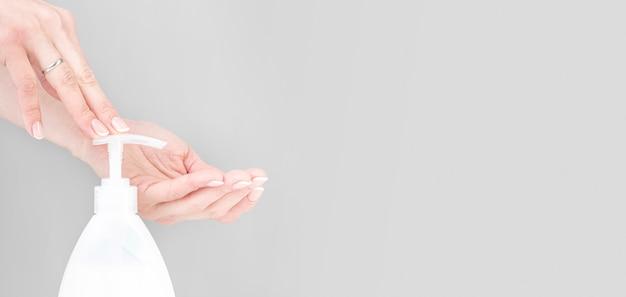 Человек дезинфицирует руки