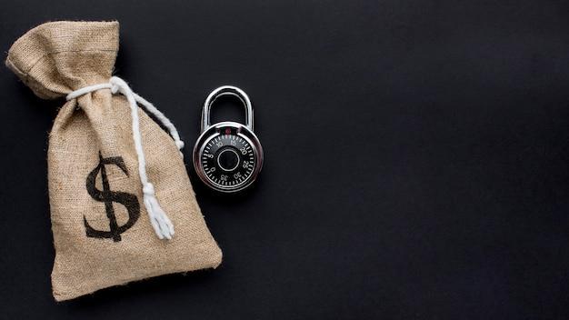 お金の袋とコピースペースとロックのトップビュー
