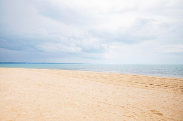 砂と雲とビーチの正面図