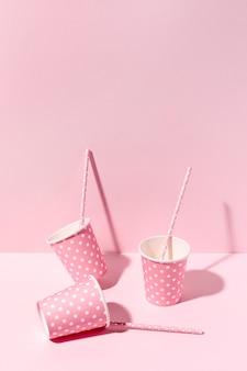 Макро бумажные стаканчики на столе