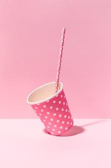 Макро бумажный стаканчик на столе