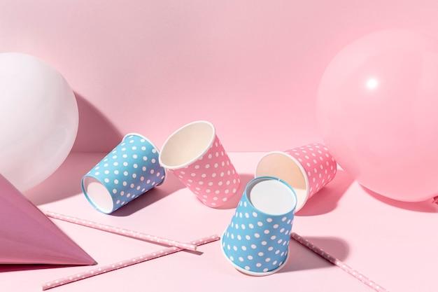 Крупный план розовые украшения на столе