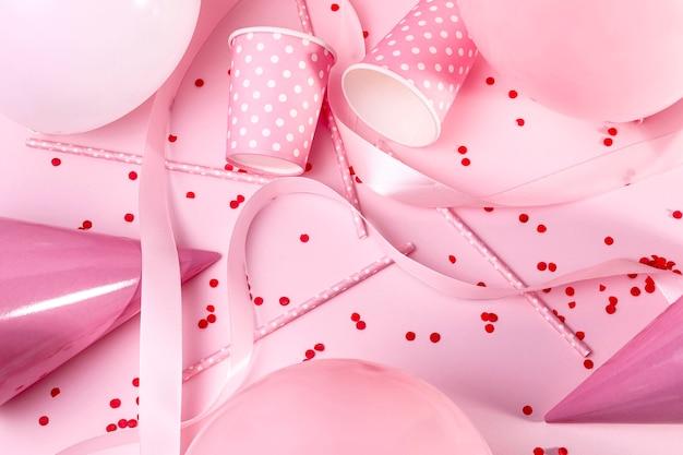 Вид сверху розовые украшения на столе