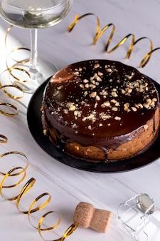 テーブルの上の誕生日の艶をかけられたケーキ