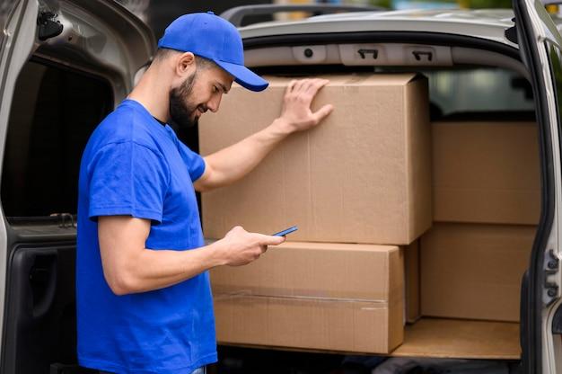 出荷を確認する若い配達人