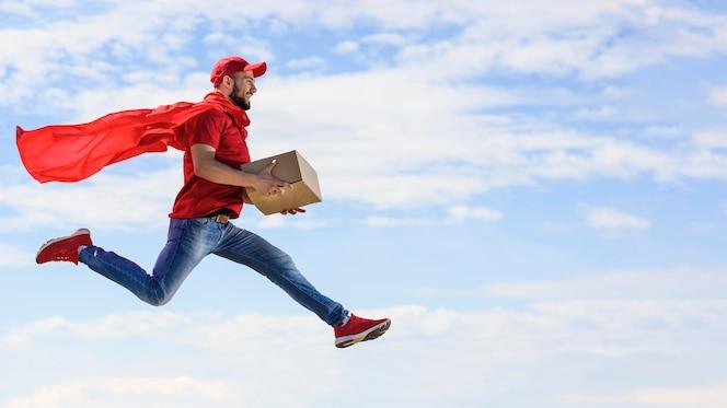 Вид сбоку доставщик в накидке супергероя