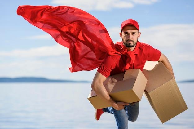 スーパーヒーローのケープを着ている配達人の肖像画