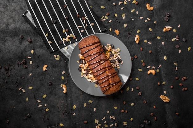 Плоский торт на тарелке с орехами