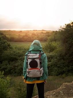 バックパックを持つ若い女
