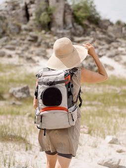 遺跡を探索する帽子の女