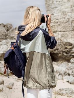 遺跡の写真を撮る女性