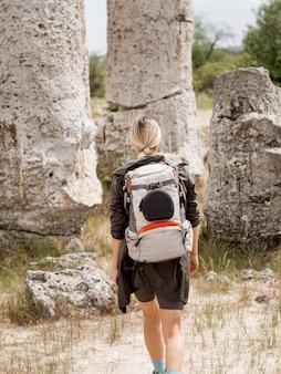 遺跡を探索する若い女性