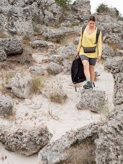 遺跡を探索するバックパックを持つ女性