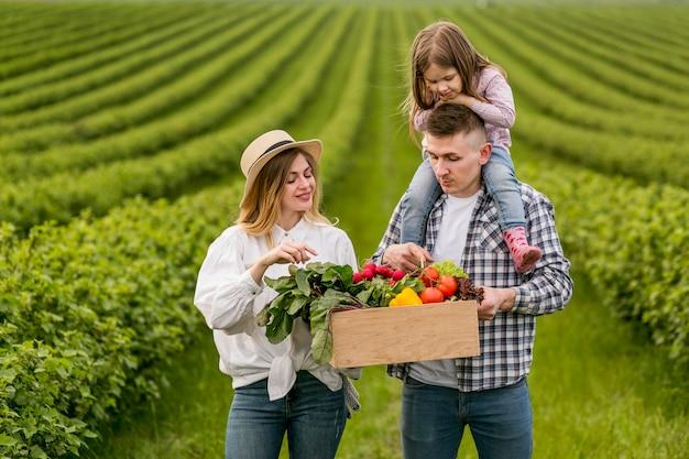 Семья наслаждается временем на ферме