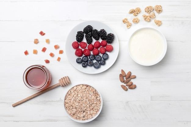 Вид сверху йогурт с фруктами