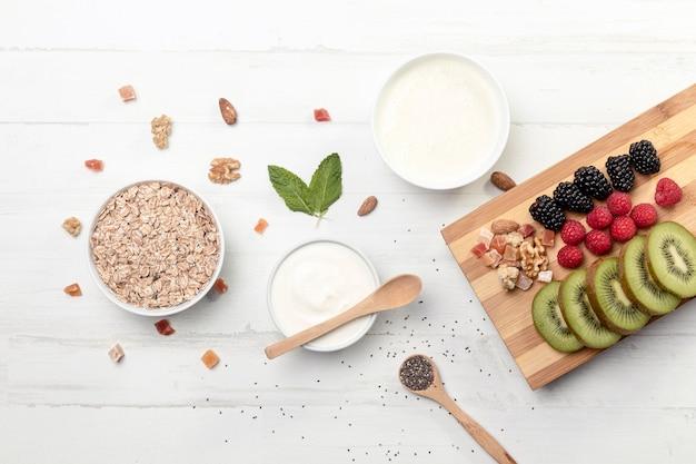 Фрут с йогуртом и мюсли