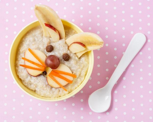 Плоское детское питание с кусочками яблок