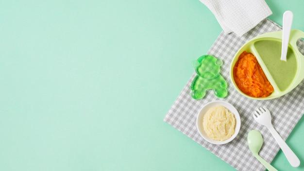 Плоские лежал пищевой кадр на зеленом фоне