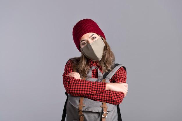 Среднего выстрела женщина с защитной маской
