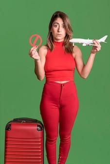 赤い服を着て正面女