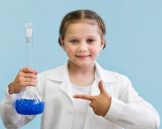 科学の浴槽を持つ肖像画の女の子