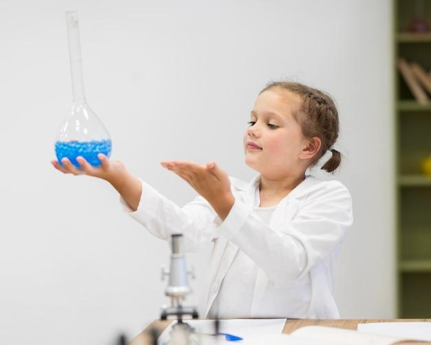 Девушка держит научную трубку