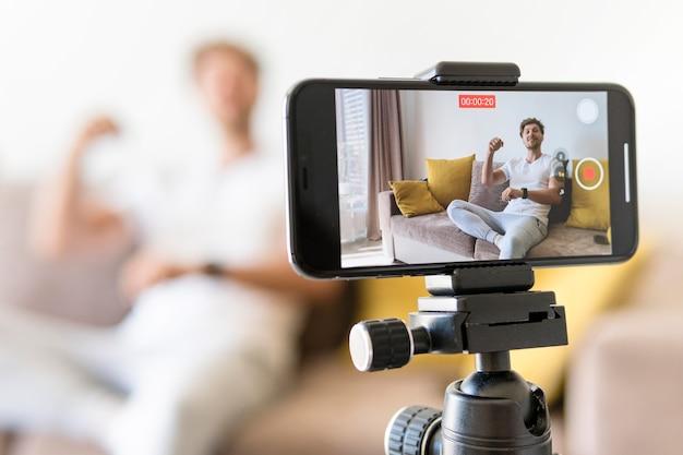 Блоггер записи мобильного телефона крупным планом